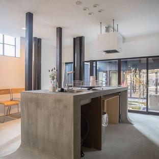 京都のアジアンスタイルのおしゃれなキッチン (シングルシンク、コンクリートカウンター、コンクリートの床、グレーの床) の写真
