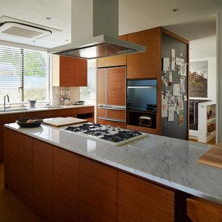 東京23区のミッドセンチュリースタイルのおしゃれなアイランドキッチン (シングルシンク、フラットパネル扉のキャビネット、中間色木目調キャビネット、大理石カウンター、白いキッチンパネル、茶色い床) の写真