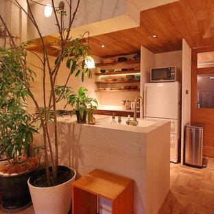 大阪のアジアンスタイルのおしゃれなキッチン (一体型シンク、茶色いキャビネット、白いキッチンパネル、無垢フローリング、茶色い床、白いキッチンカウンター) の写真