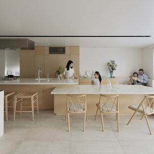 東京23区の北欧スタイルのおしゃれなマルチアイランドキッチン (シングルシンク、フラットパネル扉のキャビネット、淡色木目調キャビネット、ベージュの床、ベージュのキッチンカウンター) の写真