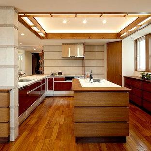 名古屋のミッドセンチュリースタイルのおしゃれなキッチン (シングルシンク、フラットパネル扉のキャビネット、濃色木目調キャビネット、無垢フローリング、茶色い床) の写真