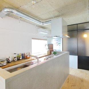 東京23区のインダストリアルスタイルのおしゃれなキッチン (シングルシンク、ステンレスカウンター、淡色無垢フローリング、ベージュの床) の写真