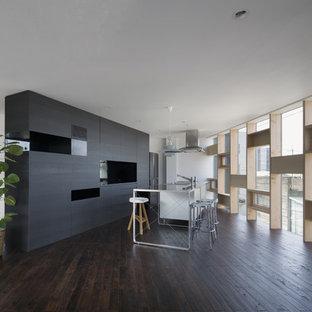 モダンスタイルのおしゃれなキッチン (ステンレスカウンター、メタリックのキッチンパネル、一体型シンク、濃色無垢フローリング、茶色い床) の写真