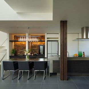 他の地域のコンテンポラリースタイルのおしゃれなLDK (磁器タイルの床、グレーの床、クロスの天井) の写真