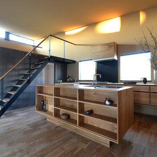 他の地域のアジアンスタイルのおしゃれなキッチン (ドロップインシンク、インセット扉のキャビネット、淡色木目調キャビネット、木材カウンター、黒いキッチンパネル、シルバーの調理設備の、淡色無垢フローリング) の写真