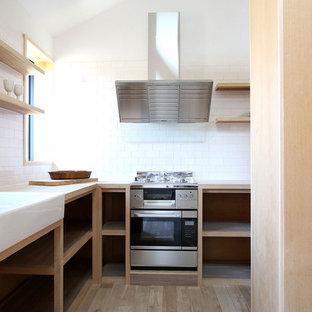 他の地域のアジアンスタイルのおしゃれなキッチン (ダブルシンク、オープンシェルフ、木材カウンター、白いキッチンパネル、サブウェイタイルのキッチンパネル、シルバーの調理設備、淡色無垢フローリング) の写真
