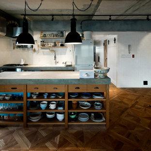 東京23区のインダストリアルスタイルのおしゃれなアイランドキッチン (ドロップインシンク、中間色木目調キャビネット、コンクリートカウンター、白いキッチンパネル、無垢フローリング、茶色い床) の写真