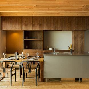 他の地域のアジアンスタイルのおしゃれなキッチン (無垢フローリング、茶色い床、ステンレスカウンター) の写真