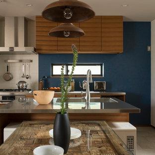 他の地域のミッドセンチュリースタイルのおしゃれなキッチン (一体型シンク、フラットパネル扉のキャビネット、中間色木目調キャビネット、ステンレスカウンター、ベージュの床、茶色いキッチンカウンター) の写真
