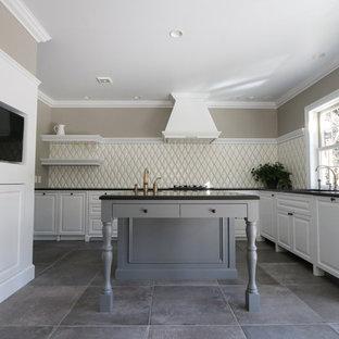 他の地域のトラディショナルスタイルのおしゃれなキッチン (アンダーカウンターシンク、レイズドパネル扉のキャビネット、白いキャビネット、白いキッチンパネル) の写真