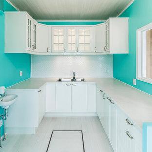 Idéer för ett avskilt maritimt u-kök, med en dubbel diskho, vita skåp, målat trägolv, släta luckor, vitt stänkskydd och vita vitvaror