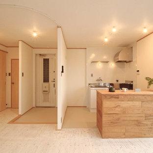 他の地域のアジアンスタイルのおしゃれなアイランドキッチン (木材カウンター、合板フローリング、白い床) の写真