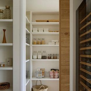 他の地域の北欧スタイルのおしゃれなパントリー (オープンシェルフ、白いキャビネット、無垢フローリング、茶色い床) の写真