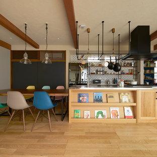 他の地域の中くらいのアジアンスタイルのおしゃれなキッチン (一体型シンク、落し込みパネル扉のキャビネット、中間色木目調キャビネット、ステンレスカウンター、白いキッチンパネル、サブウェイタイルのキッチンパネル、淡色無垢フローリング、茶色い床、茶色いキッチンカウンター) の写真