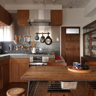 東京23区のアジアンスタイルのおしゃれなキッチン (フラットパネル扉のキャビネット、中間色木目調キャビネット、無垢フローリング) の写真