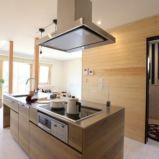 他の地域のI型北欧スタイルのLDKの画像 (一体型シンク、ルーバー扉のキャビネット、白いキャビネット、ステンレスカウンター、木材のキッチンパネル、淡色無垢フローリング、アイランド1つ)