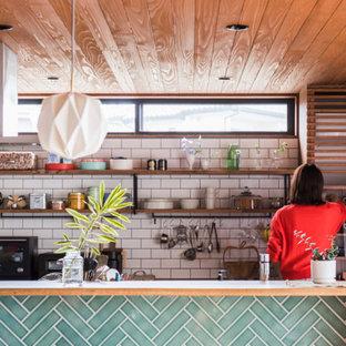 他の地域のアジアンスタイルのおしゃれなキッチン (木材カウンター、白いキッチンパネル、サブウェイタイルのキッチンパネル、板張り天井) の写真