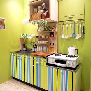 大阪の小さい北欧スタイルのおしゃれなI型キッチン (シングルシンク、フラットパネル扉のキャビネット、緑のキッチンパネル、淡色無垢フローリング、茶色い床) の写真