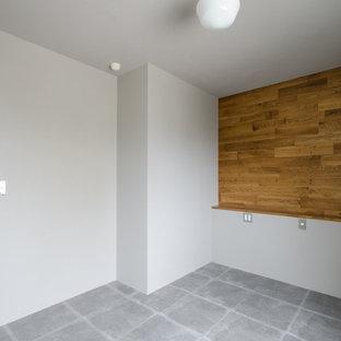 札幌の小さいアジアンスタイルのおしゃれなキッチン (一体型シンク、フラットパネル扉のキャビネット、ステンレスカウンター、茶色いキッチンパネル、磁器タイルのキッチンパネル、シルバーの調理設備の、磁器タイルの床、アイランドなし) の写真