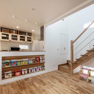 他の地域のおしゃれなキッチン (人工大理石カウンター、黄色いキッチンパネル、淡色無垢フローリング、ベージュの床、ベージュのキッチンカウンター) の写真