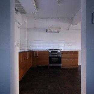 東京23区のインダストリアルスタイルのおしゃれなキッチン (フラットパネル扉のキャビネット、濃色木目調キャビネット、白いキッチンパネル、ボーダータイルのキッチンパネル、濃色無垢フローリング) の写真