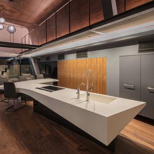神戸のコンテンポラリースタイルのおしゃれなキッチン (フラットパネル扉のキャビネット、グレーのキャビネット、濃色無垢フローリング、茶色い床) の写真