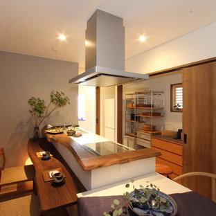 他の地域の和風のおしゃれなペニンシュラキッチン (無垢フローリング、茶色い床、茶色いキッチンカウンター) の写真