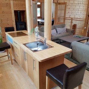 他の地域のカントリー風おしゃれなキッチン (シングルシンク、淡色木目調キャビネット、木材カウンター、塗装フローリング、茶色い床) の写真