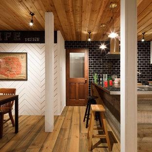 他の地域のインダストリアルスタイルのおしゃれなキッチン (シングルシンク、落し込みパネル扉のキャビネット、白いキャビネット、ステンレスカウンター、無垢フローリング、茶色い床) の写真