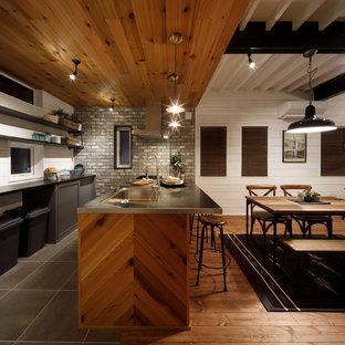他の地域の中くらいのミッドセンチュリースタイルのおしゃれなキッチン (一体型シンク、オープンシェルフ、グレーのキャビネット、ステンレスカウンター、グレーのキッチンパネル、磁器タイルのキッチンパネル) の写真