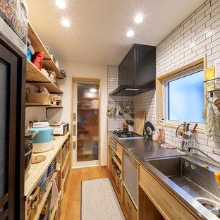 Пример оригинального дизайна: маленькая отдельная, линейная кухня в современном стиле с монолитной раковиной, открытыми фасадами, светлыми деревянными фасадами, столешницей из нержавеющей стали, белым фартуком, фартуком из плитки кабанчик, техникой из нержавеющей стали, полом из фанеры, островом и коричневым полом