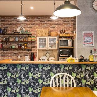 名古屋のエクレクティックスタイルのおしゃれなキッチン (茶色い床) の写真