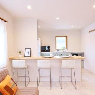 他の地域のモダンスタイルのおしゃれなI型キッチン (フラットパネル扉のキャビネット、青いキャビネット、ベージュの床、茶色いキッチンカウンター) の写真