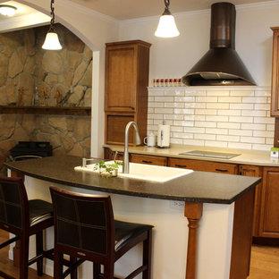 名古屋の中サイズのシャビーシック調のおしゃれなキッチン (ドロップインシンク、レイズドパネル扉のキャビネット、中間色木目調キャビネット、テラゾーカウンター、白いキッチンパネル、サブウェイタイルのキッチンパネル、シルバーの調理設備の、無垢フローリング) の写真