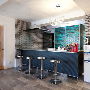 モダンスタイルのおしゃれなキッチン (一体型シンク、グレーのキャビネット、ステンレスカウンター、グレーのキッチンパネル、シルバーの調理設備、大理石の床、グレーの床、グレーのキッチンカウンター) の写真