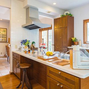 他の地域のカントリー風おしゃれなキッチン (シングルシンク、落し込みパネル扉のキャビネット、中間色木目調キャビネット、無垢フローリング、茶色い床) の写真