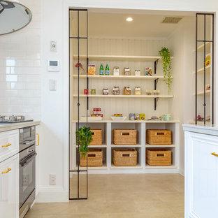 他の地域のトランジショナルスタイルのおしゃれなキッチン (ベージュの床) の写真