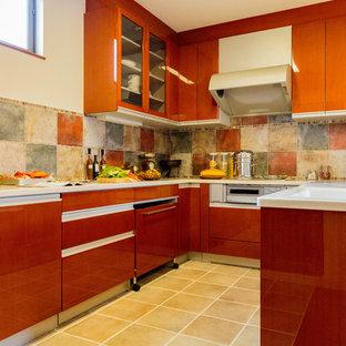 他の地域のコンテンポラリースタイルのおしゃれなコの字型キッチン (一体型シンク、フラットパネル扉のキャビネット、中間色木目調キャビネット、テラコッタタイルの床、茶色い床) の写真