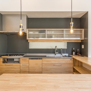 他の地域の中サイズのモダンスタイルのおしゃれなキッチン (オープンシェルフ、中間色木目調キャビネット、ステンレスカウンター、シングルシンク、グレーの床、ベージュのキッチンカウンター) の写真