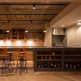 他の地域の中くらいのインダストリアルスタイルのおしゃれなキッチン (アンダーカウンターシンク、フラットパネル扉のキャビネット、中間色木目調キャビネット、コンクリートカウンター、グレーのキッチンパネル、セラミックタイルのキッチンパネル、シルバーの調理設備、淡色無垢フローリング、ベージュの床、グレーのキッチンカウンター) の写真