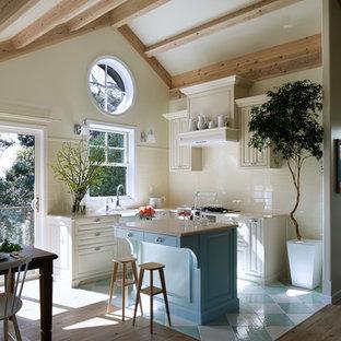 他の地域のカントリー風おしゃれなキッチン (落し込みパネル扉のキャビネット、白いキャビネット、赤いキッチンパネル、セラミックタイルのキッチンパネル、セラミックタイルの床、マルチカラーの床、青いキッチンカウンター) の写真
