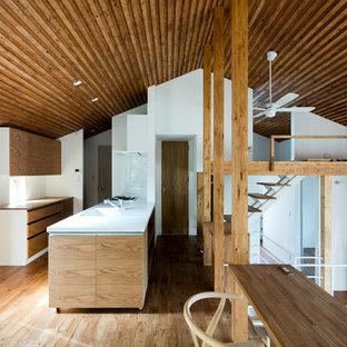 札幌のカントリー風おしゃれなアイランドキッチン (一体型シンク、フラットパネル扉のキャビネット、淡色木目調キャビネット、無垢フローリング、茶色い床) の写真