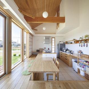 他の地域のアジアンスタイルのおしゃれなキッチン (フラットパネル扉のキャビネット、中間色木目調キャビネット、木材カウンター、白いキッチンパネル、ベージュの床、茶色いキッチンカウンター) の写真