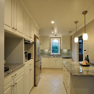 東京23区のヴィクトリアン調のおしゃれな独立型キッチン (レイズドパネル扉のキャビネット、白いキャビネット、大理石カウンター、グレーのキッチンパネル、大理石の床、テラコッタタイルの床、ベージュの床) の写真