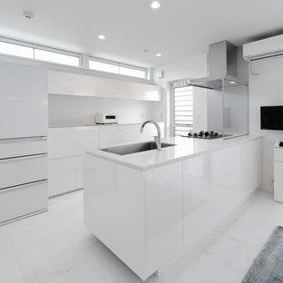東京23区のコンテンポラリースタイルのおしゃれなキッチン (シングルシンク、フラットパネル扉のキャビネット、白いキャビネット、白い調理設備、白い床) の写真
