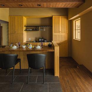 他の地域のアジアンスタイルのおしゃれなキッチン (ルーバー扉のキャビネット、中間色木目調キャビネット、濃色無垢フローリング、茶色い床) の写真
