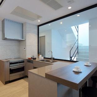 他の地域のモダンスタイルのおしゃれなキッチン (シングルシンク、フラットパネル扉のキャビネット、茶色いキャビネット、ベージュの床、茶色いキッチンカウンター) の写真