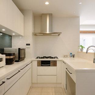 東京都下のモダンスタイルのおしゃれなキッチン (一体型シンク、フラットパネル扉のキャビネット、白いキャビネット、白いキッチンパネル、ベージュの床、白いキッチンカウンター) の写真