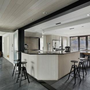東京23区のコンテンポラリースタイルのおしゃれなキッチン (シルバーの調理設備、アイランドなし、グレーの床) の写真