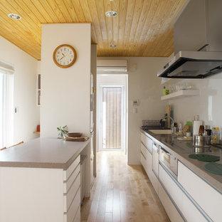 他の地域のアジアンスタイルのおしゃれなキッチン (シングルシンク、フラットパネル扉のキャビネット、白いキャビネット、淡色無垢フローリング、茶色い床) の写真